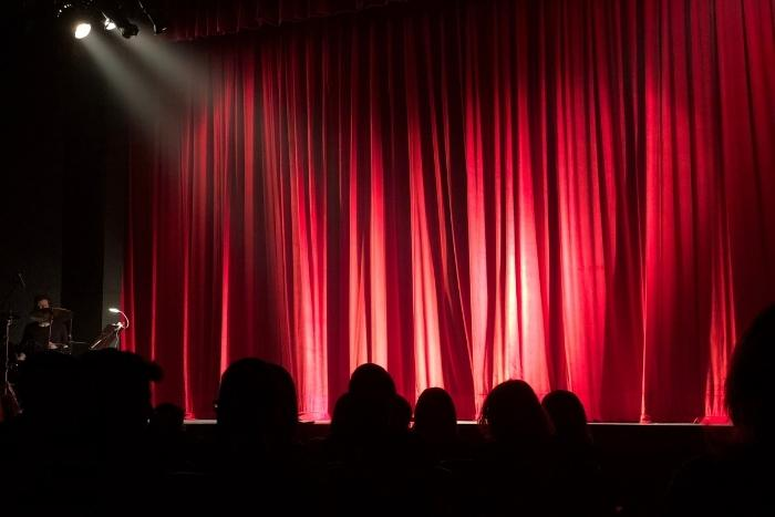 stage-lights-before-improv-show
