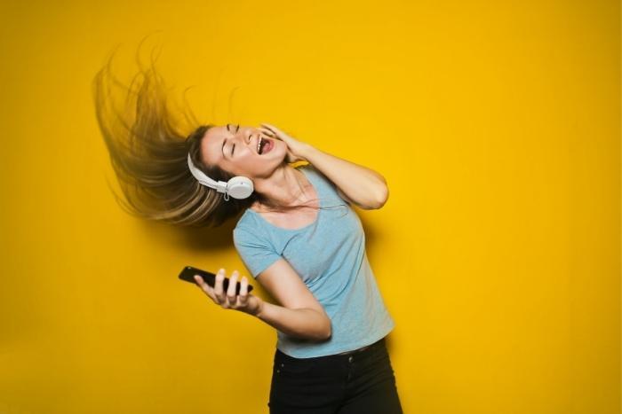 girl-singing-karaoke-virtual-jukebox-game-teambuilding