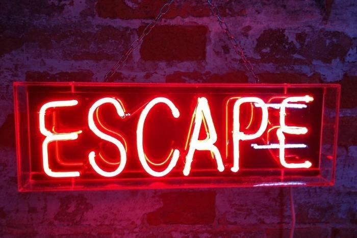neon-escape-sign-for-virtual-teambuilding-escape-room