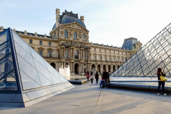 virtual-tour-of-louvre-paris-team-building-activity