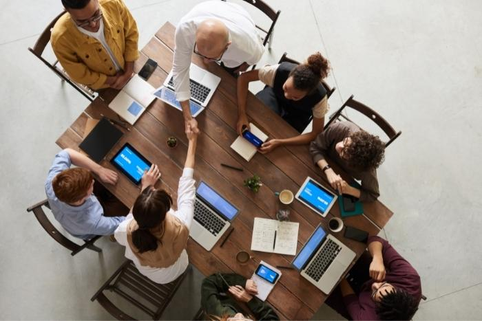 group-sitting-together-networking-in-hybrid-conferences
